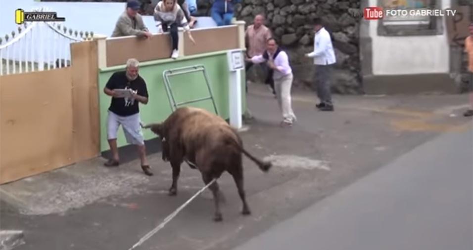 15.jun.2017 - Filmando uma corrida de touro nas ruas da Ilha Terceira, em Açores, Portugal, um homem ignorou o perigo de ver um touro enfurecido correndo em sua direção, e continuou filmando o animal