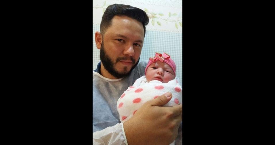 Helena Gonçalves com o papai Nayron, de Goiânia (GO)
