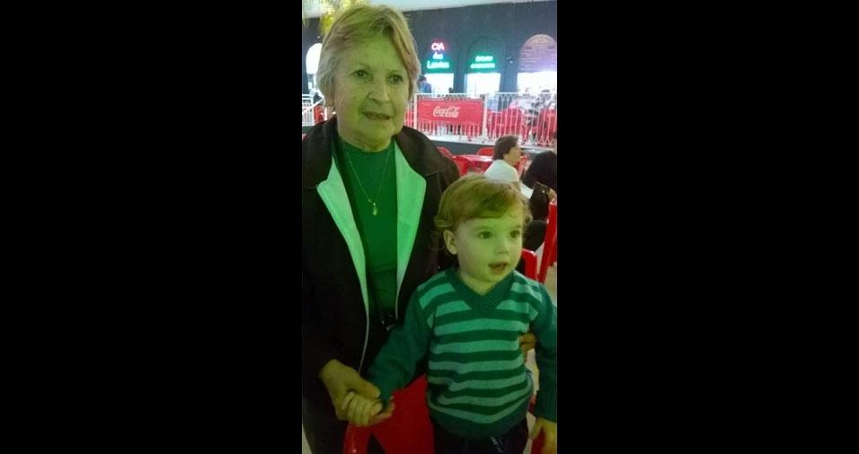 Isaac, cinco anos, com a avó Vanda, de Pelotas (RS)