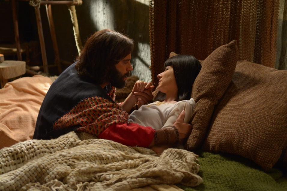 Moisés (Guilherme Winter) sofre pela morte de Henutmire (Vera Zimmermann), sua mãe adotiva. Em seguida, ele leva o corpo para o faraó no palácio