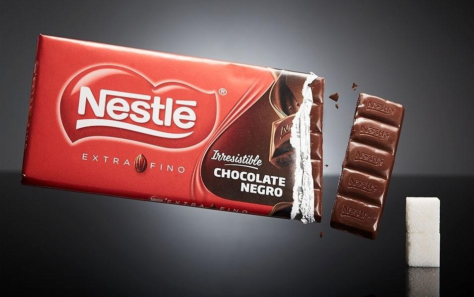 """4 quadradinhos de chocolate amargo da Nestlé tem 8 g de açúcar. O projeto sinAzucar diz para ter cuidado com os chocolates, mesmo os amargos. """"Para ser considerado amargo com pouca quantidade de açúcar, devemos consumir os que tenham no mínimo 85% de cacau ou mais"""", explica o site"""