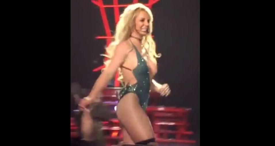 3.fev.2017 - A cantora Britney Spears foi traída pelo decotão de seu look em um show em Las Vegas, nos Estados Unidos. Durante uma apresentação bastante empolgada e com movimentos cheios de energia, a cantora acabou ficando com um seio à mostra em cima do palco