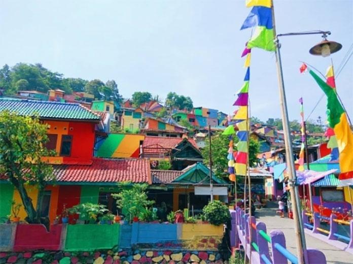 """18.mai.2017 - O poder da arte é transformador. A vila Kampung Pelangi, na Indonésia, ganhou cores em seus becos e desenhos criativos que transformaram o cenário degradante de uma favela em um ambiente acolhedor. O """"colorido"""" incentivou o turismo e fomentou a economia local"""