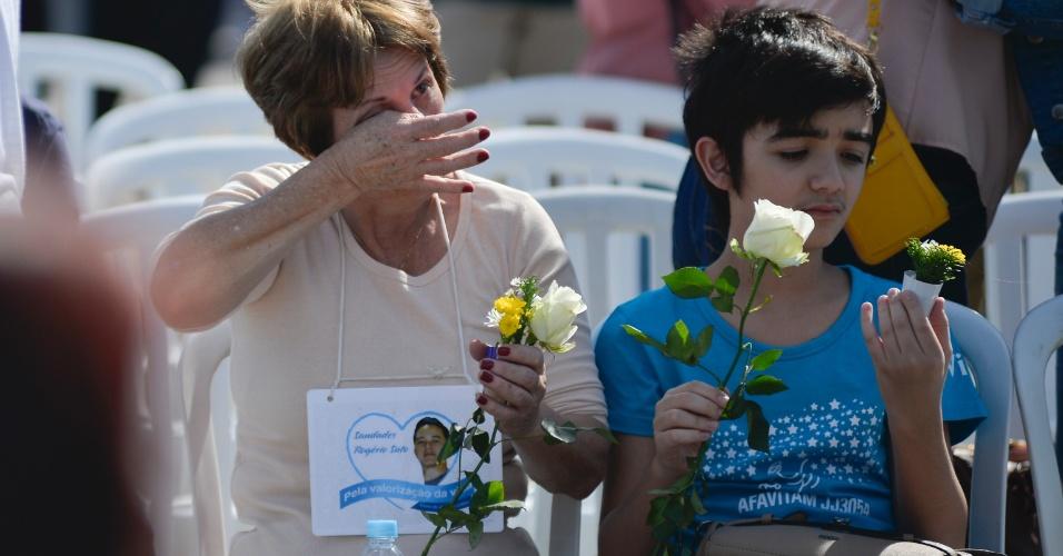 Familiares choram a morte de entes queridos em homenagem após dez anos do acidente que matou 199 pessoas