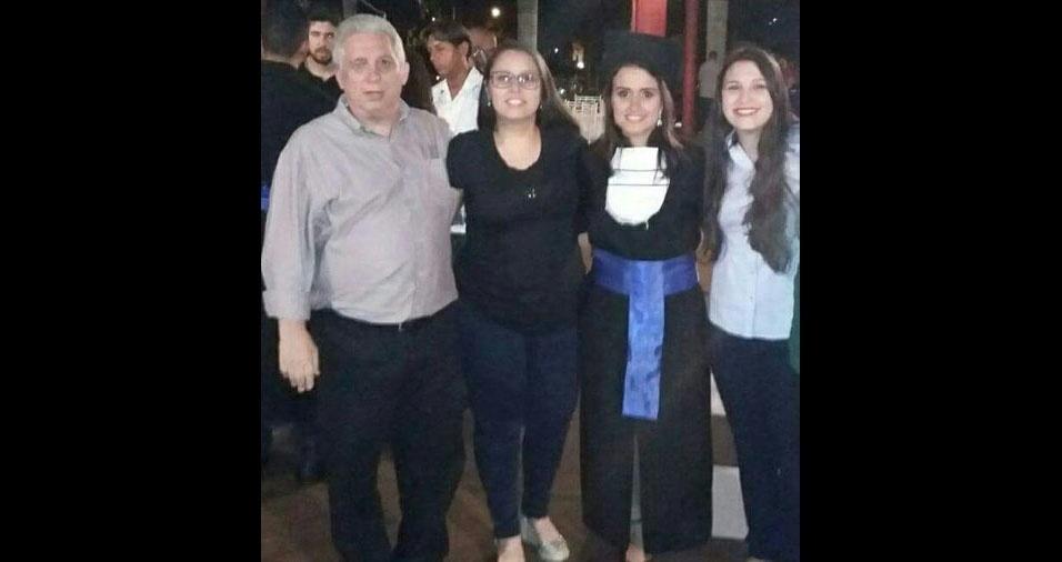 """Thais Siqueira, do Rio de Janeiro (SP), manda foto do pai Marcus e das irmãs Tatiane e Thainá: """"Nosso pai é um exemplo, um herói e merece essa homenagem"""""""