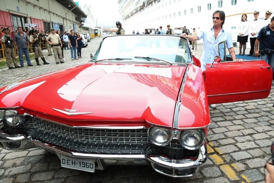 20.jan.2016 - Roberto Carlos posa para os fotógrafos ao lado do seu poderoso Cadillac vermelho