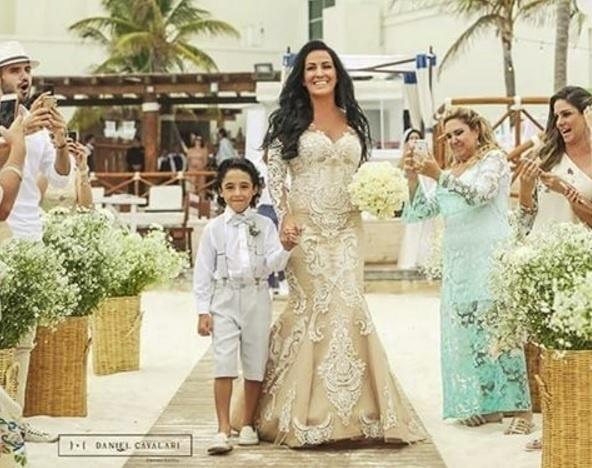16.fev.2016 - Marianne, esposa do sertanejo Bruno, entrou à cerimônia acompanhada do filho, Enzo