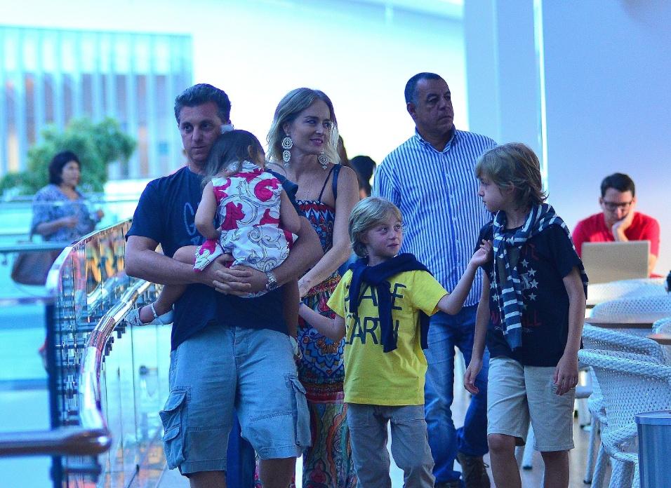 20.mar.2016 - Eva ganha colo de Luciano Huck em dia de passeio com a mãe e os irmãos - Benício (de camiseta amarela) e Joaquim em um shopping no Rio de Janeiro