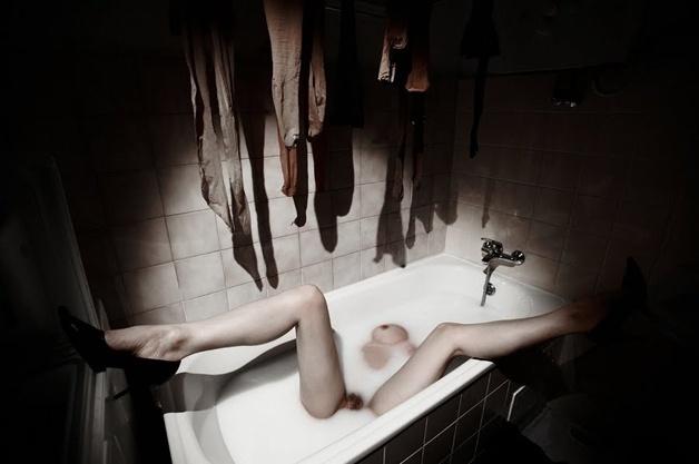 19.abr.2016 - O ensaio mistura putadas de sadomasoquismo e exibicionismo em imagens eróticas que fazem questão de deixar o desejo erótico aparente
