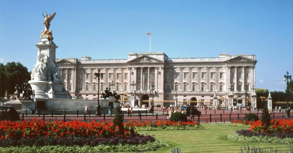 10. A rainha foi a primeira monarca a abrir o Palácio de Buckingham ao público, em 1993. A medida foi tomada para arrecadar fundos para a reforma do Castelo de Windsor, após um incêndio