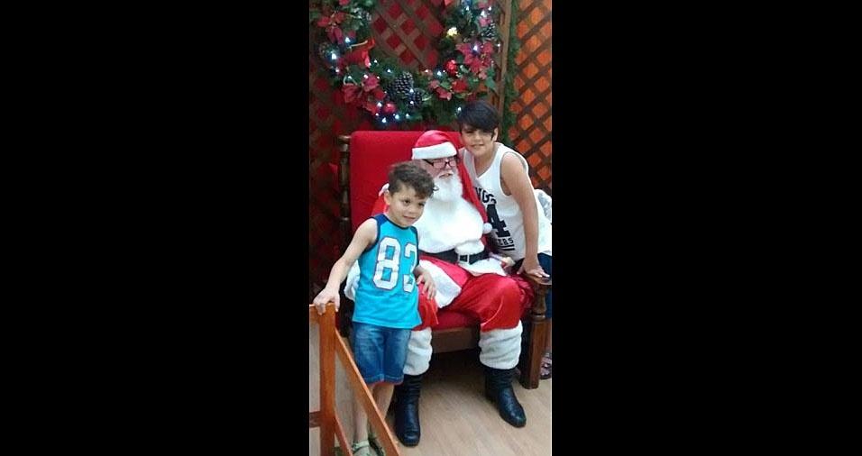 Ivan e Vanessa enviaram foto dos filhos João e Davi com o papai Noel