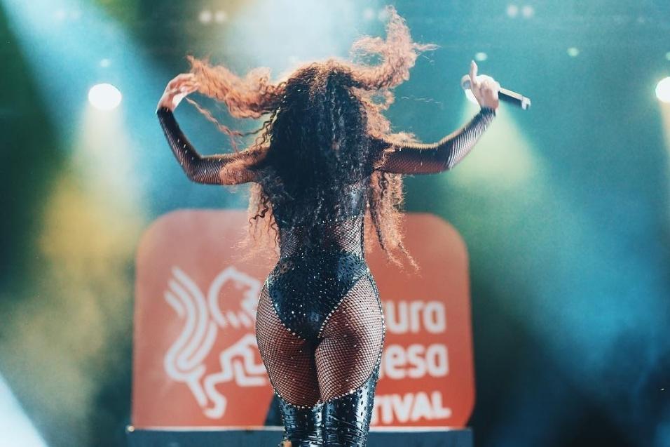 """14.jun.2018 - Iza cantou em um festival patrocinado por uma escola de idiomas em São Paulo. """"Que noite! Obrigada pela noite maravilhosa. Amo cantar pra você, São Paulo"""", escreveu a beldade no Instagram um dia após o show, em 10 de junho"""