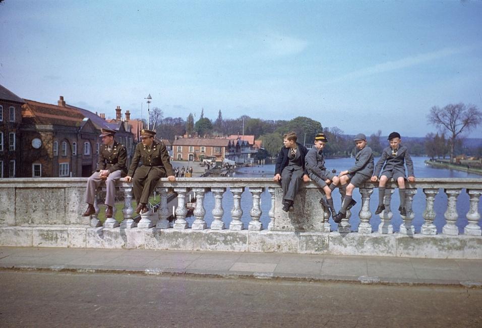 Mai.1944 - Militares e civis em momento de tranquilidade em uma ponte sobre o rio Tâmisa, na Inglaterra