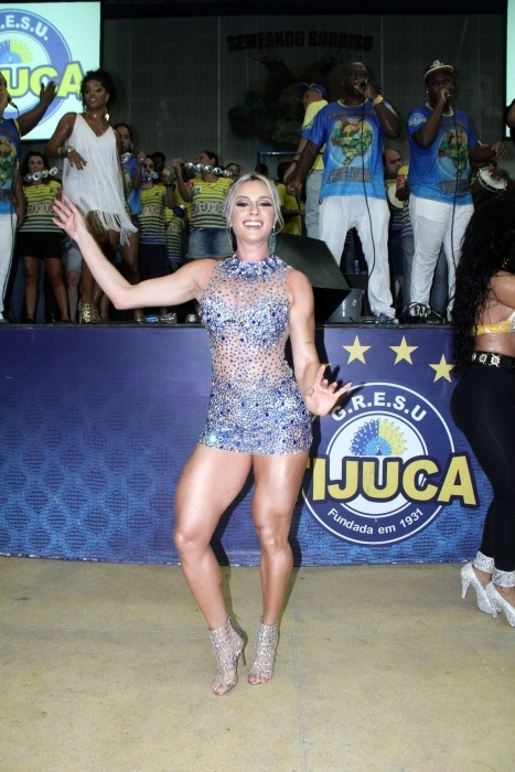 19.dez.2015 - Juliana Salimeni mostra samba no pé no ensaio na quadra da Unidos da Tijuca