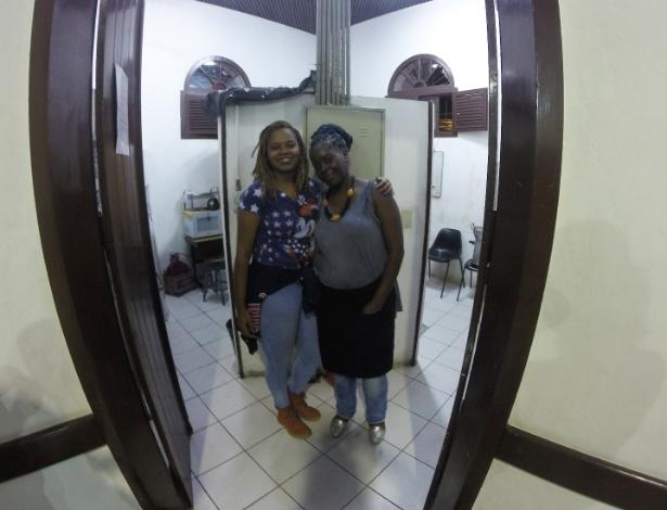 9.mai.2016 - Aparecida Silvério de Jesus, de 52 anos, recebe a ajuda da filha Marcela, de 23, para fazer o caldo que é servido ao fim da roda de samba em Santo Amaro, na zona sul de São Paulo