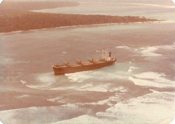 21.mai.2016 - Durante uma viagem em 1981, um cargueiro de Hong Kong, chamado Primorse, encalhou no recife de corais de uma ilha. Nada anormal até aí. O problema é que, durante a espera pelo resgate, a tripulação e os passageiros notaram que homens, nus e armados com flechas, estavam construindo canoas rapidamente, com o objetivo de alcançarem o navio e, provavelmente, assassinarem todos ali. O resgate chegou a tempo, e todos depois ficaram sabendo que a tal ilha era a de Sentinela do Norte.