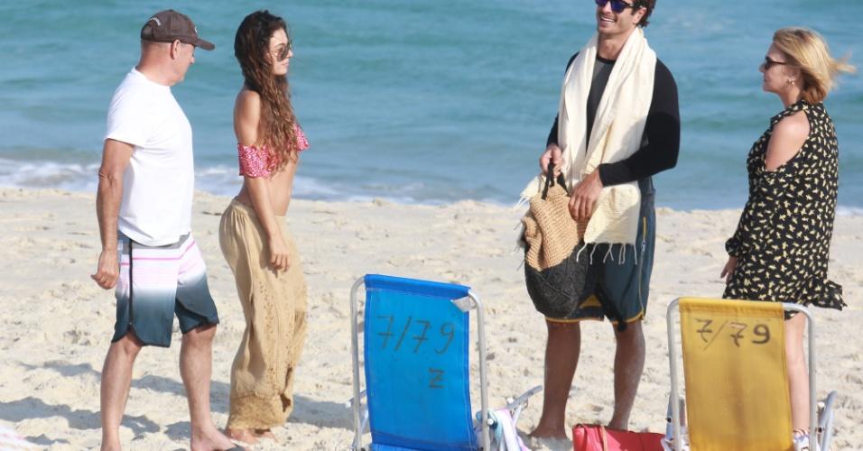03.jun.2017 - Isis Valverde curte dia na praia com os pais e o namorado