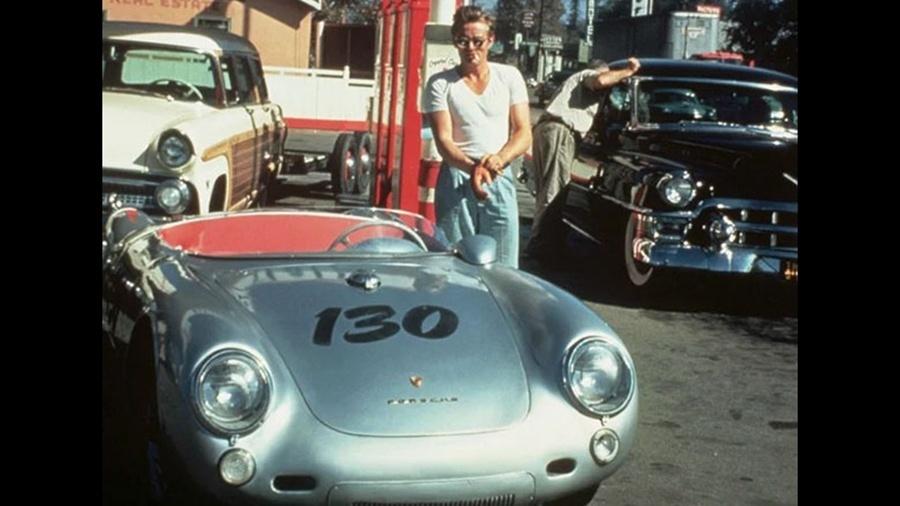"""James Dean é clicado com seu Porsche 550 Spyder antes de morrer em um acidente aos 24 anos, em 30 de setembro de 1955. Uma das lendas mais conhecidas de Hollywood dá conta de que o Porsche de James Dean é """"amaldiçoado"""". Supostamente, o carro esteve envolvido em outros acidentes fatais nos anos 60, tirando a vida de vários outros proprietários que o compraram"""