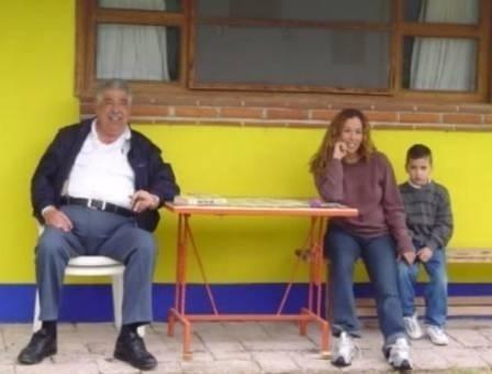 1°.jul.2015 - No vídeo, o 'Professor Girafales' aparece sentado ao lado da família na área externa da casa. Segundo um portal mexicano, o ator colocou o imóvel à venda na internet