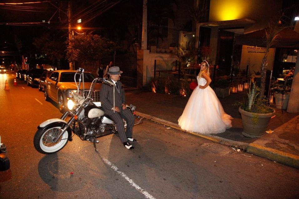 17.jan.2016 - A bordo da sua potente moto, Fabiano dos Santos posa para fotos com a esposa Vivi Fernandez