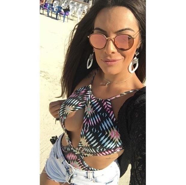 5.abr.2016 - Ex-BBB Monique Amin aparece bem decotada na web