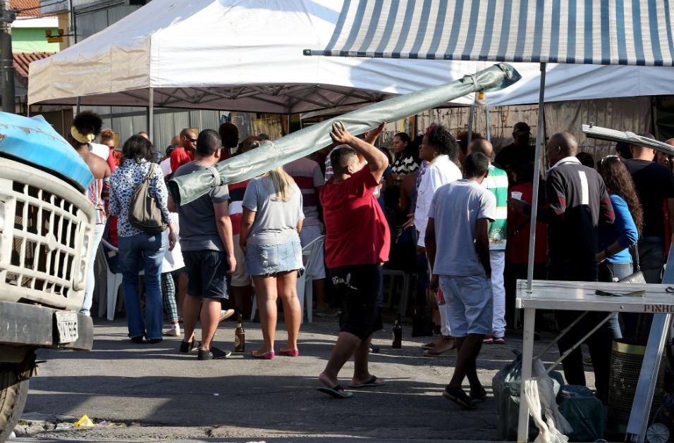20.mai.2016 - Samba na feira. Os feirantes trabalham duro no Jardim Primavera. No terceiro domingo do mês, porém, eles desmontam as barracas ouvindo um samba de raiz como forma de incentivo