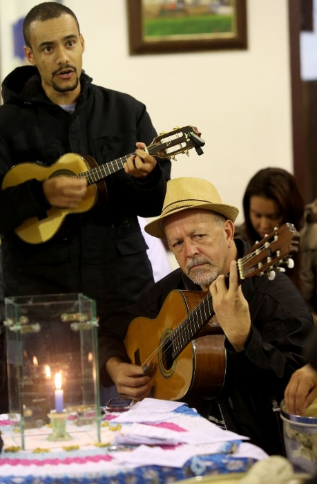 Músicos aquecem os instrumentos antes de mais uma roda do Samba da Vela, que reúne músicos, compositores e amantes do samba todas as segundas-feiras à noite na zona sul de São Paulo.