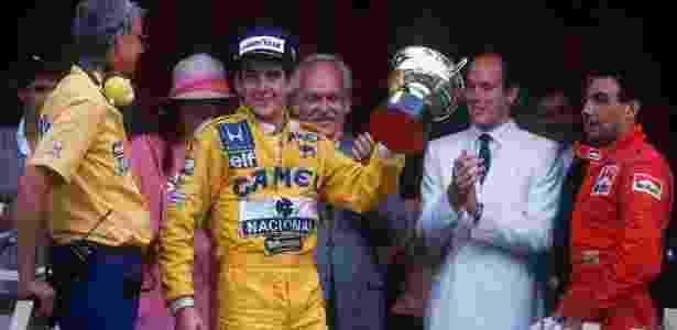 6. Ayrton Senna venceu o GP de Fórmula 1 de Mônaco seis vezes. Suas vitórias ficaram marcadas pela quebra de protocolo ao dar banho de champanhe na família principesca - Reprodução/GP-live - Reprodução/GP-live