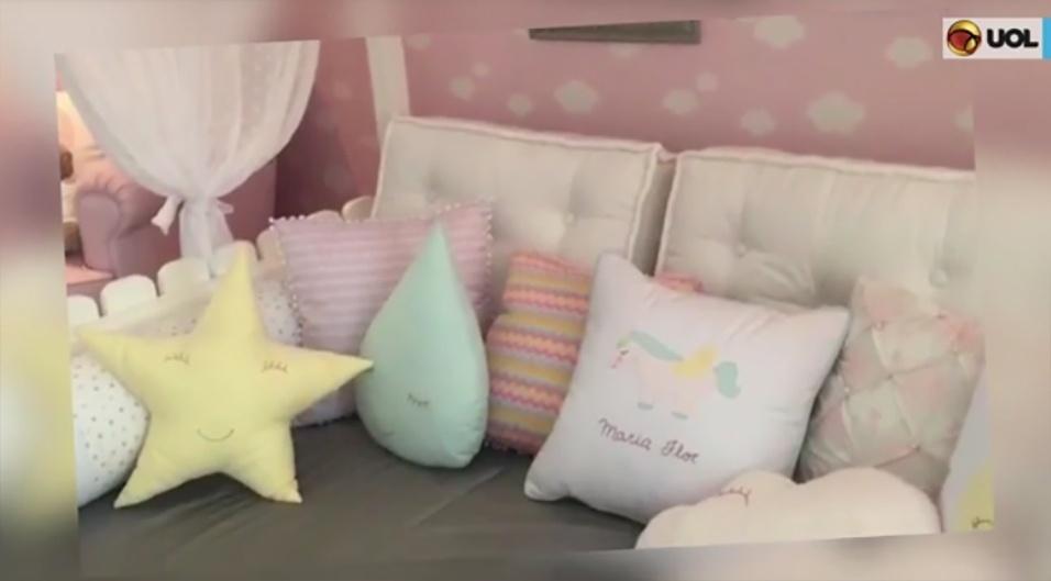 24.fev.2017 - Os detalhes de decoração incluem itens como almofadas de estrelas e nuvens, lampadinhas no formato de flores ao redor de uma cama com dossel.
