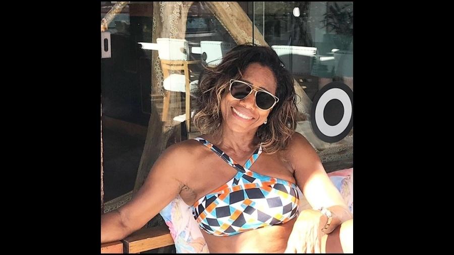 """17.jun.2017 - Glória Maria está com tudo aos 67 anos! A jornalista publicou uma foto no Instagram em que aparece cheia de charme, tomando sol em Búzios, no Rio de Janeiro. Com um biquíni estiloso, ela mostrou seu físico seu físico sarado. """"Meu cantinho"""", escreveu ela na legenda. Os seguidores de Glória encheram sua página com elogios. """"Que espetáculo de mulher"""", disse um. """"Deve dormir no formol, conheço desde que nasci, já envelheci e ela continua linda, jovem e sarada"""", brincou outro. """"Que corpo, hein?"""", exaltou mais um"""