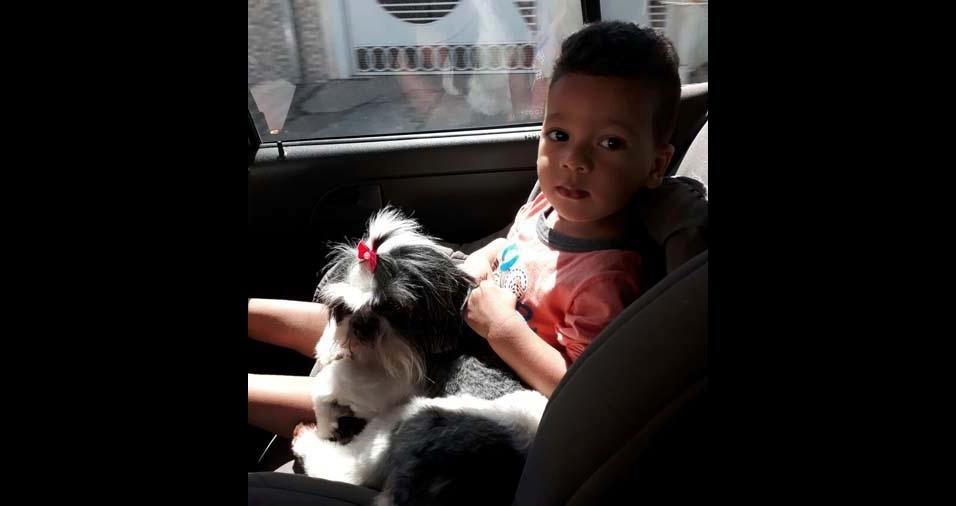 Daniele enviou foto do filho Matheus com a cachorrinha Melissa