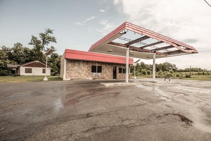 6.ago.2015 - O alemão percorreu estados do sul dos EUA e fotografou postos de gasolina desativados