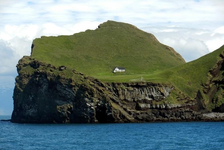9.out.2016 - Últimos moradores da ilha saíram do local nos anos 30. Local é inteiramente formado por falésias que podem chegar a 350 metros de altura. Logo, para quem está pensando em praias paradisíacas, pode esquecer!
