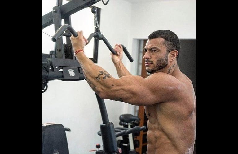 """10.fev.2017 - Vencedor do primeiro """"Big Brother Brasil"""", Kléber Bambam tornou-se empresário e um dos maiores nomes do """"mundo fitness"""" do Brasil. Ao ser questionado pelo Ego sobre seu corpo, ele, que está prestes a completar 39 anos, foi enfático. """"Estou no meu auge. Não é só o físico, tem a maturidade muscular também. Os maiores campeões de fisiculturismo são mais velhos"""". Para manter a forma, Bambam treina 2 vezes por dia e só folga 1 dia por semana"""