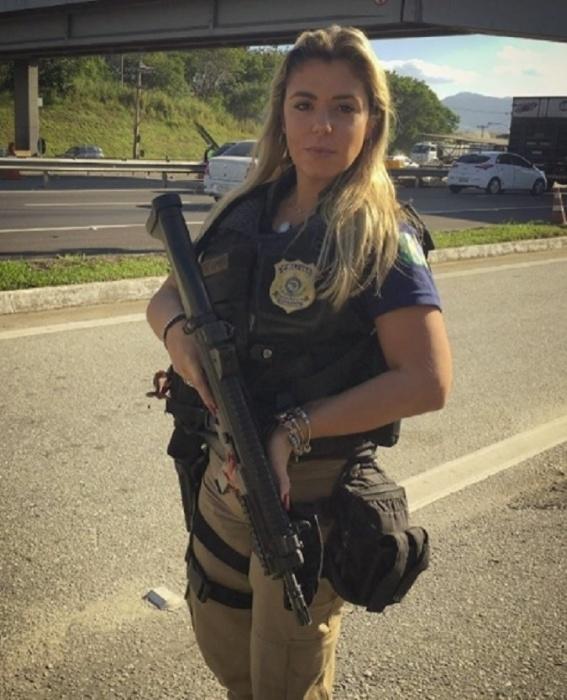 8.ago.2017 - Nas redes sociais, Mari Ag compartilha a sua rotina como agente da Polícia Rodoviária Federal