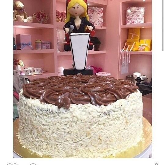 """10.jul.2015 - O tema do bolo foi escolhido pelos amigos após Claudinha confirmar que será jurada do """"The Voice Brasil"""" na quarta temporada do programa."""