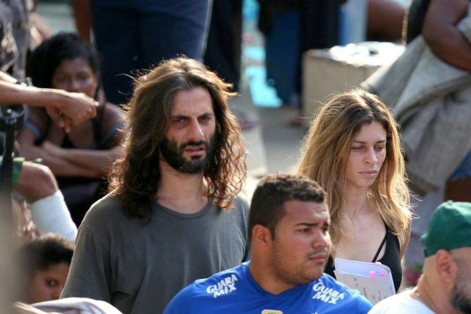 18.ago.2015- Abatidos após consumirem drogas, Roy e Larissa frequentam a cracolândia. A cena foi gravada nesta terça-feira, no Rio de Janeiro