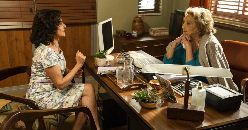 """24.abr.2014 - Nenê (Marieta Severo) se consulta com Laura (Eva Wilma) em episódio da série """"A Grande Família"""""""