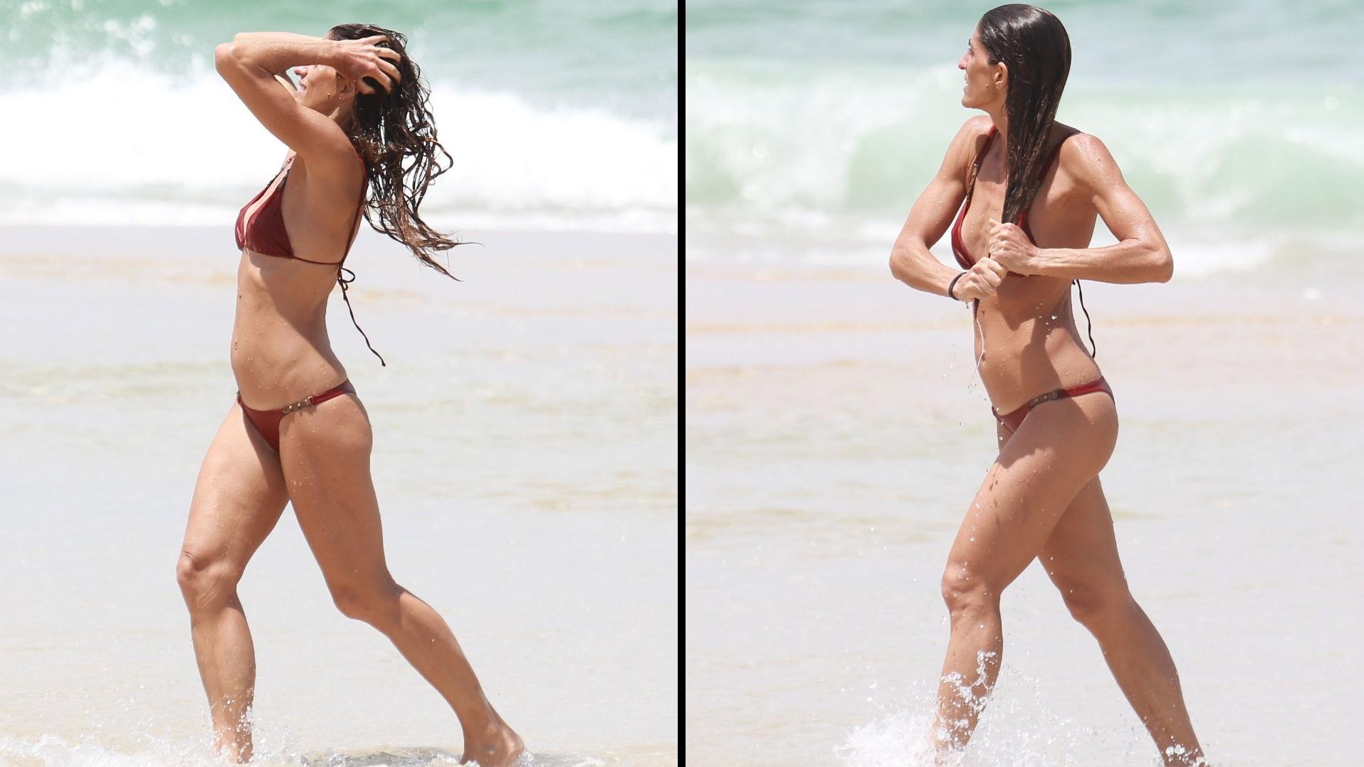 15.out.2016 - Cynthia Howlett mostra corpo sequinho na praia de São Conrado, no Rio de Janeiro. A apresentadora de 39 anos curtiu o mar ao lado dos filhos Manuela e Rodrigo