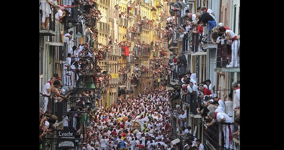 14. Pessoas nas ruas, janelas e varandas de Pamplona, assistindo os toureiros que passam correndo