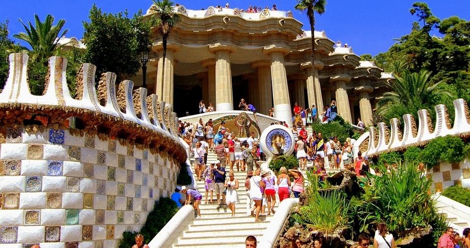 12. Parque Güell, Barcelona, está localizado no distrito de Gràcia e foi concebido por Güell e Gaudí, no começo do século 20, e possui uma beleza natural incomparável, além de um conjunto de obras que retratam a riqueza artística da época, com uma arquitetura de qualidade técnica, acabamentos e materiais surpreendentes