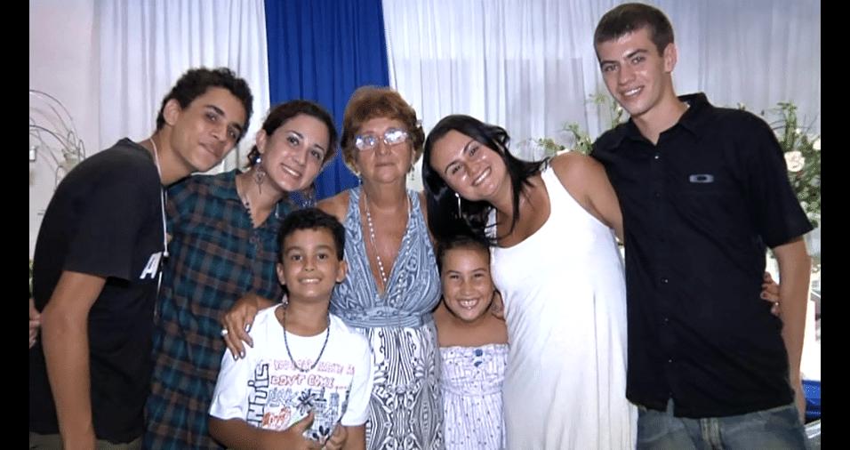Os netos Pedro Henrique, Mariana, Guilherme, Vivian, Victória e Paulo Victor, com a vovó Neide, de Rio de Janeiro (RJ)
