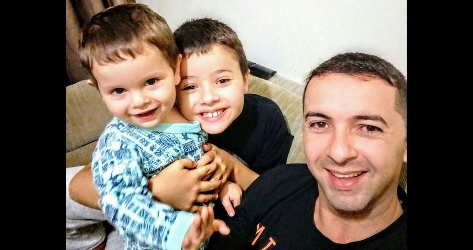 João Vitor com os filhos Davi e Pedro