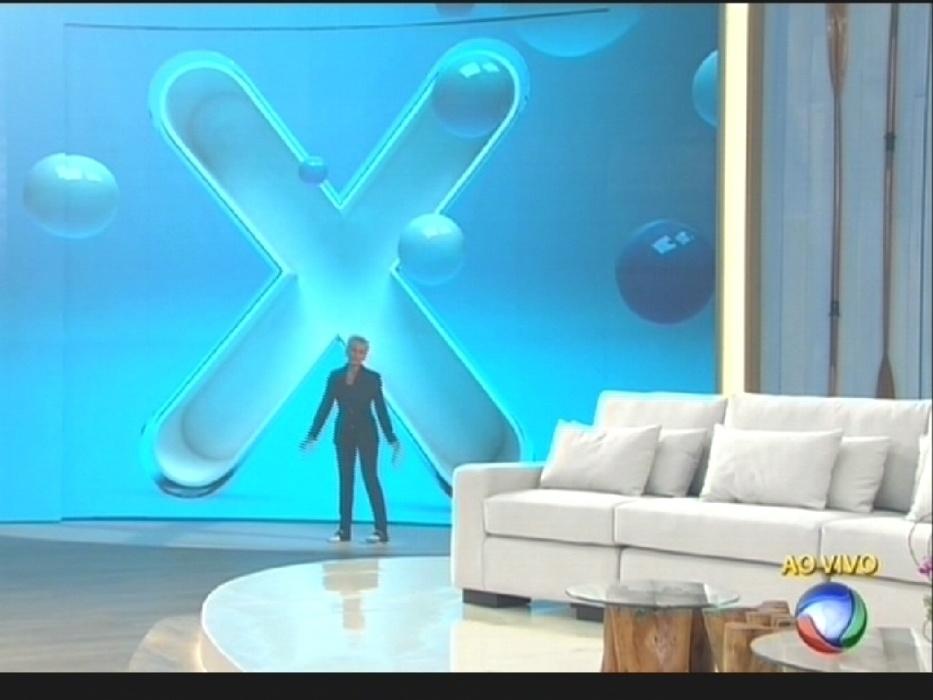 """17.ago.2015 - Xuxa apresenta o cenário de seu novo programa, o """"Programa Xuxa Meneghel"""""""