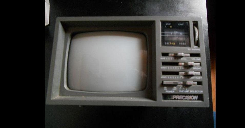 23. A TV portátil com rádio AM/FM integrado era trazida embaixo do banco do ônibus