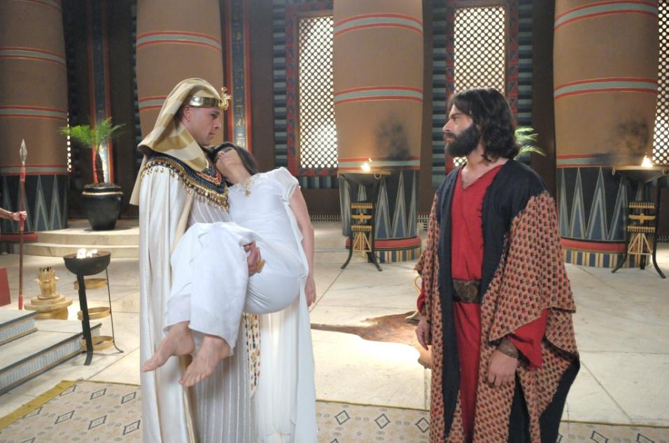 Moisés (Guilherme Winter) entrega o corpo de Henutmire (Vera Zimmermann) para o faraó