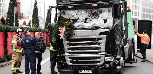 Policiais aparecem ao lado de caminhão com o para-brisas destruído após o ataque em Berlim, na Alemanha