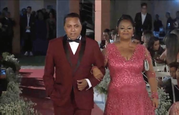 25.mai.2017 - Luiz Carlos chega para a segunda cerimônia de casamento com a ex-BBB Elis