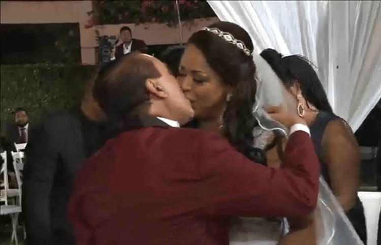 25.mai.2017 - Noivos se beijam após se casarem pela segunda vez. Celebração teve direito a buquê de flores e chegada em limousine