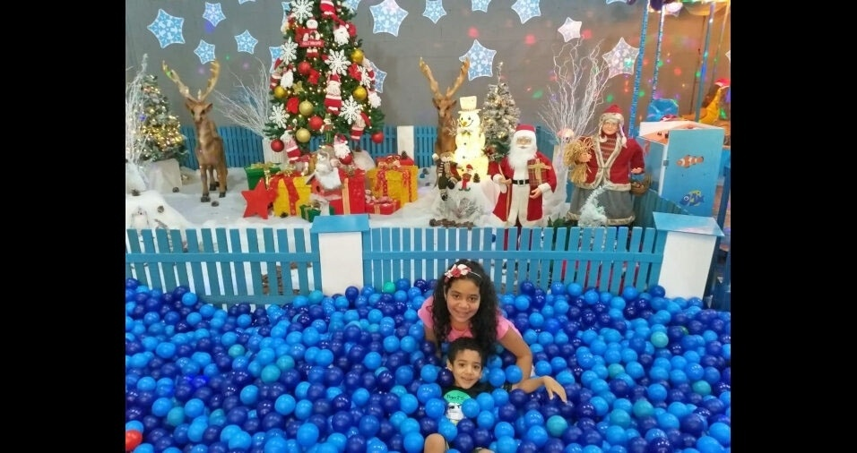 Valter Santos Lima clicou os filhos, Maria Clara e João Pedro, brincando em piscina de bolinhas parte da decoração de Natal em Pindamonhangaba (SP)